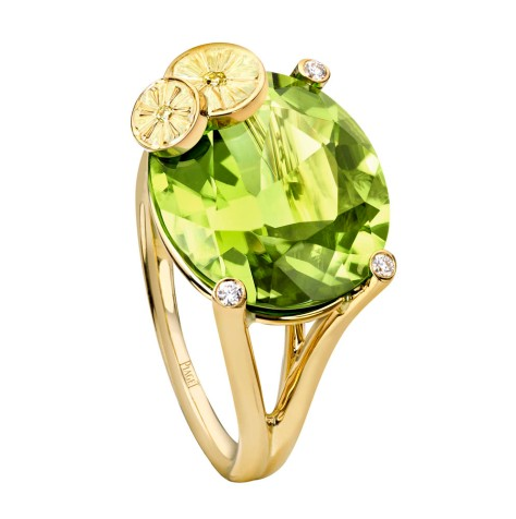 Limelight Cocktail Party - Tutti Green Cocktail Inspiration  18K yellow gold ring set with 1 oval-cut peridot (approx. 10.98 ct), 3 brilliant-cut diamonds (approx. 0.04 ct) and 2 brilliant-cut yellow diamonds (approx. 0.02 ct).