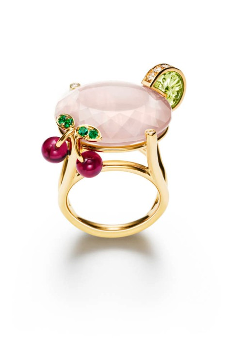 Limelight Cocktail Party - Pink Lady Cocktail Inspiration 18K yellow gold ring set with 1 oval-cut pink quartz (approx. 26 ct), 1 carved peridot (approx. 2.23 ct), 2 rubellite beads (approx. 2.01 ct), 15 brilliant-cut diamonds (approx. 0.32 ct) and 4 round emeralds (approx. 0.06 ct).