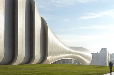 52851fa2e8e44e8e7200015b_heydar-aliyev-center-zaha-hadid-architects_hac_exterior_photo_by_hufton_crow_-9--1000x666